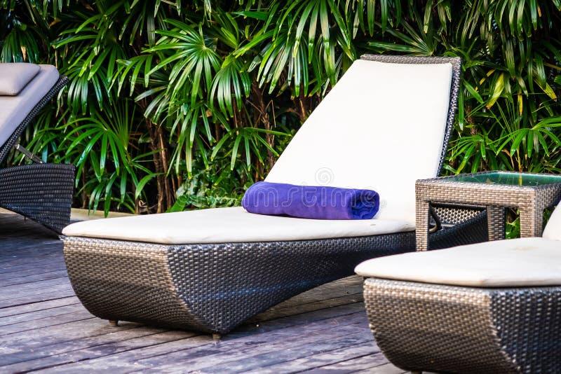 Mooi openlucht zwembad met bedligstoel en paraplu in toevlucht voor reis en vakantie royalty-vrije stock foto