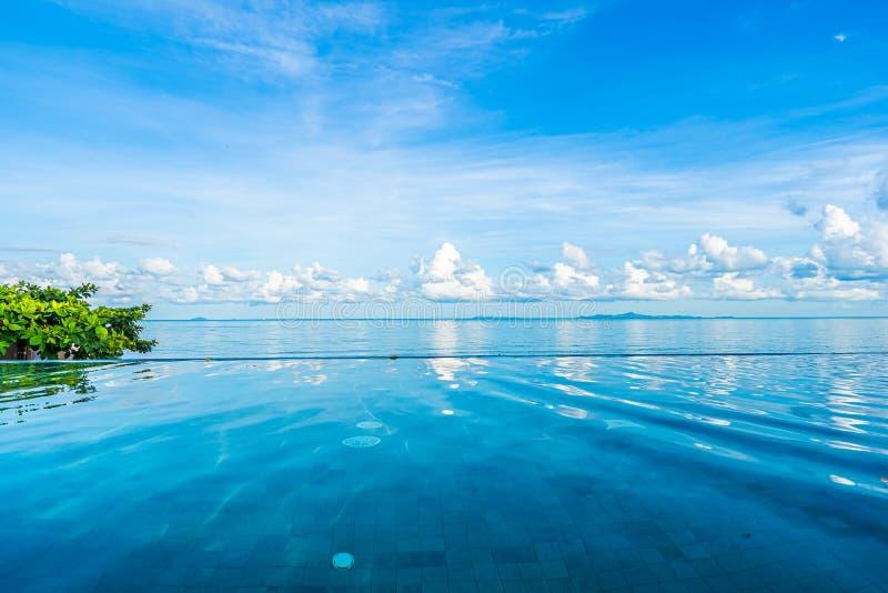 Mooi openlucht zwembad in overzees van de hoteltoevlucht bijna oceaanstrand stock afbeeldingen