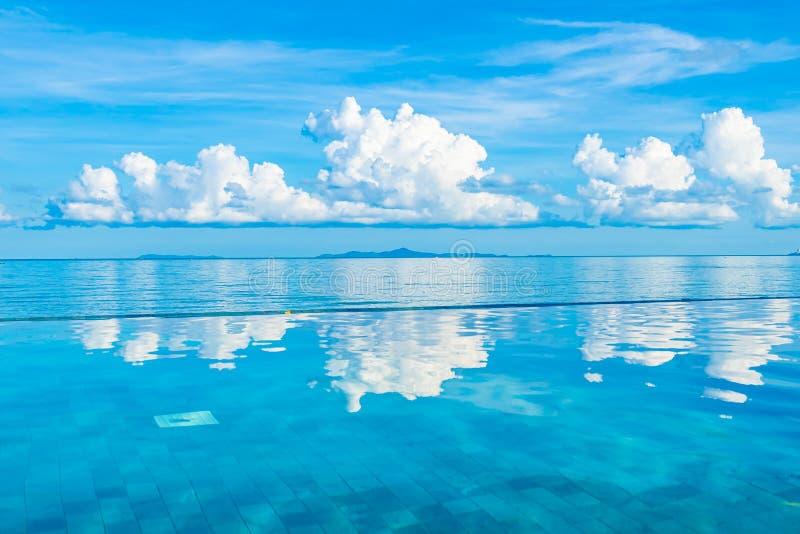 Mooi openlucht zwembad in overzees van de hoteltoevlucht bijna oceaanstrand stock foto's