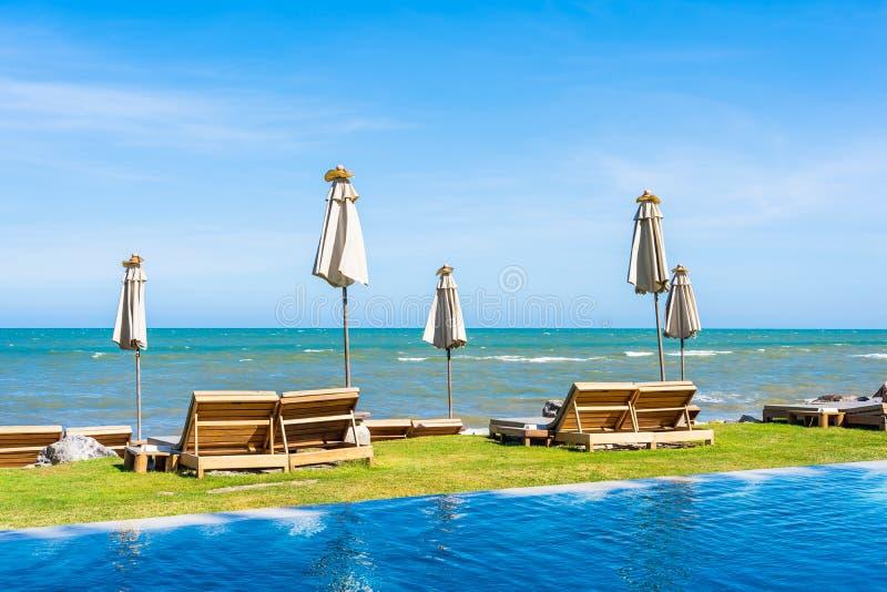 Mooi openluchtaardlandschap met bedligstoel rond zwembad in hoteltoevlucht royalty-vrije stock foto's