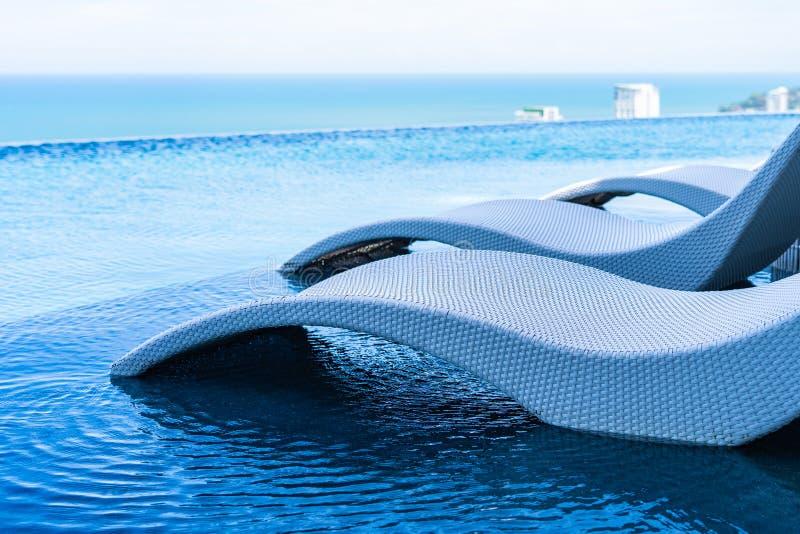 Mooi openluchtlandschap van oneindigheids zwembad in hoteltoevlucht royalty-vrije stock afbeelding