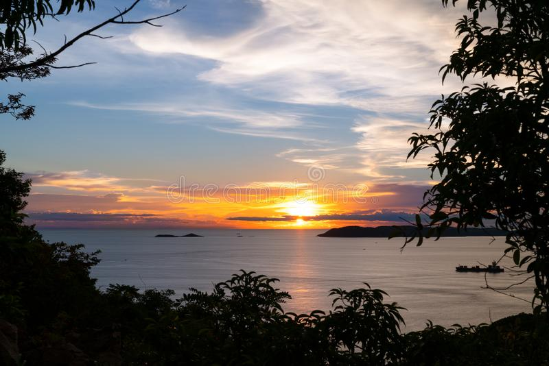 Mooi opvlammend zonsonderganglandschap bij de Zwarte Zee en oranje blauwe hemel royalty-vrije stock afbeelding