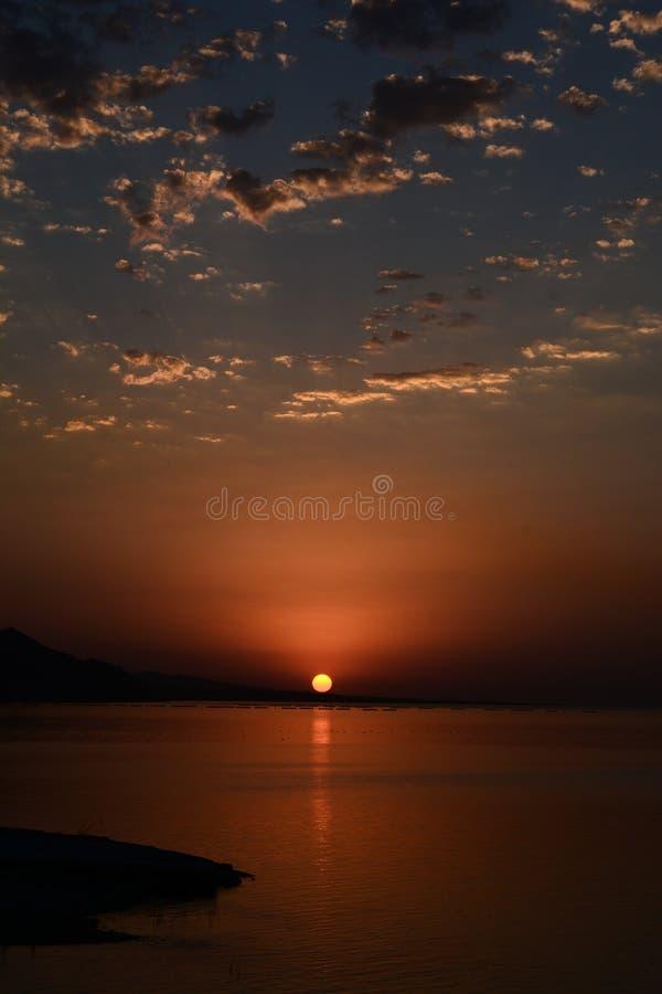 Mooi opvlammend zonsonderganglandschap bij Kaspische Overzees en oranje hemel hierboven in Mingecevir Azerbeidzjan royalty-vrije stock foto's