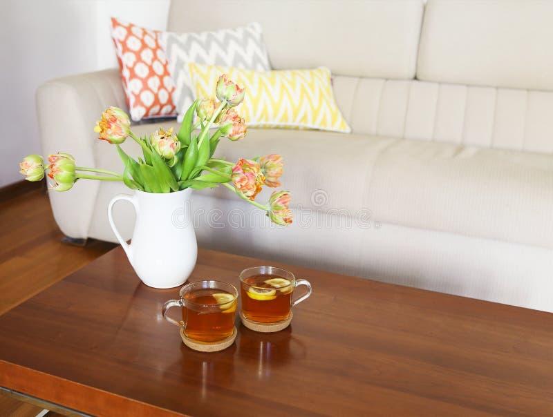 Mooi oranje tulpenboeket op houten lijst in het leven ro stock foto