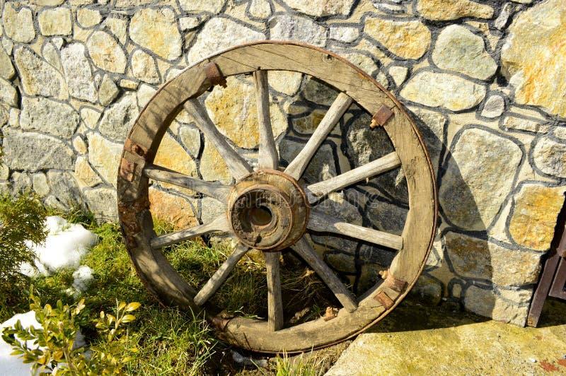 Mooi oud houten wiel dichtbij de muur royalty-vrije stock foto