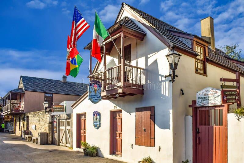 Mooi oud huis met balkon en kleurrijke vlaggen in St George St bij Oude Stad in de Historische Kust van Florida stock afbeelding