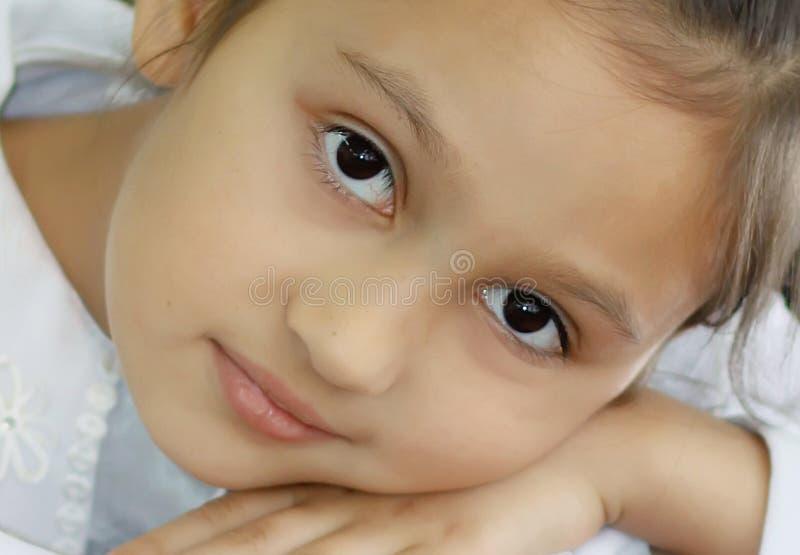 Mooi oud meisje 7 jaar De gelukkige jonge zakken van de meisjesholding op een witte achtergrond stock foto's