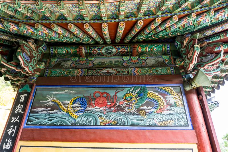 Mooi oud muurschilderij van het Overzeese draak vechten met reuzekraken stock afbeelding