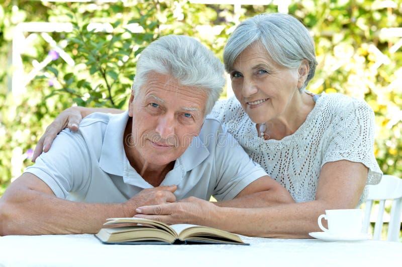 Mooi ouder paar die in de tuin rusten stock foto