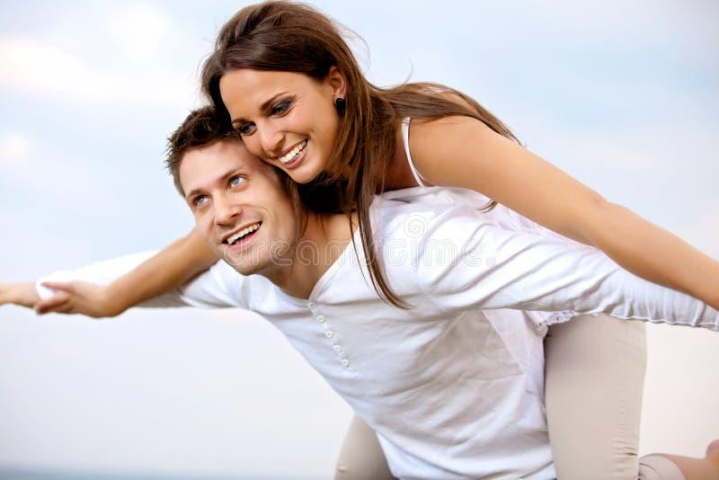 Mooi Paar dat van Hun Vakantie geniet stock afbeeldingen