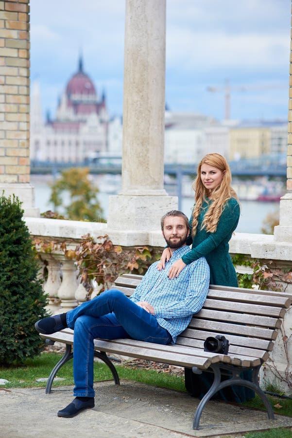 Mooi paar dichtbij kolommen tegen achtergrond van Europees de herfstlandschap stock foto's