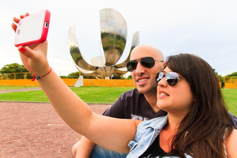 Mooi Paar die een selfie nemen stock afbeelding