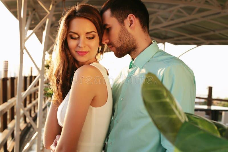 Mooi paar die elegante kleren dragen die in openluchtrestaurant omhelzen royalty-vrije stock foto
