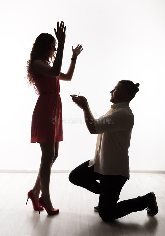 Mooi mooi paar die en zich in een studio bevinden koesteren Vertrouwelijke ogenblikken romantische minnaars stock afbeeldingen