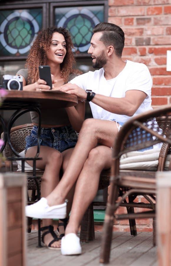 Mooi paar die koffie op een datum hebben, die pret hebben samen royalty-vrije stock afbeeldingen