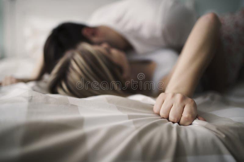 Mooi paar die romantisch en hartstochtelijk in bed zijn stock foto's