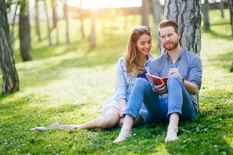Mooi paar die samen voor examens bestuderen royalty-vrije stock afbeelding