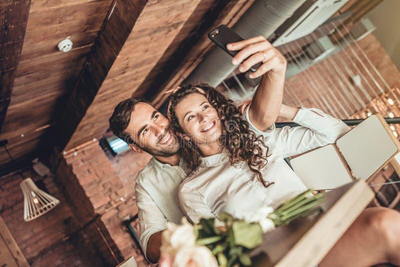 Mooi paar die selfie op nieuwe smartphone maken royalty-vrije stock afbeelding