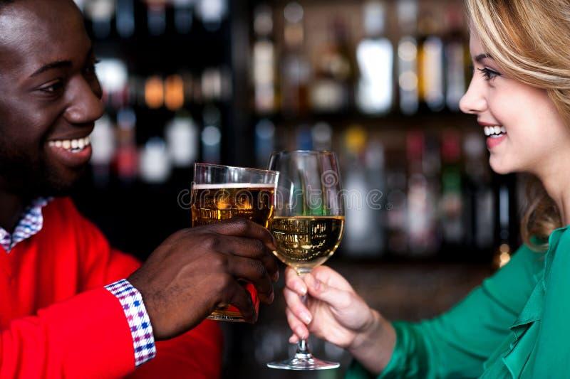 Mooi paar die van dranken genieten bij nachtclub royalty-vrije stock foto's