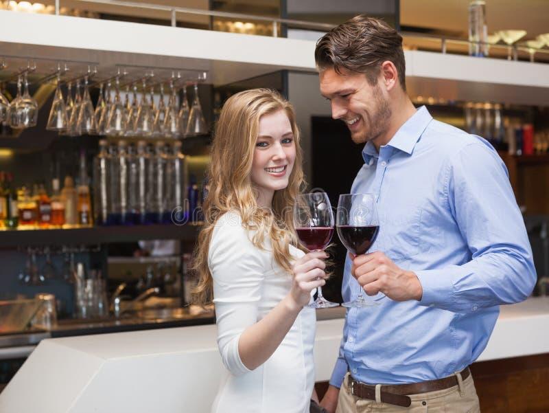 Mooi paar die van rode wijn genieten royalty-vrije stock afbeeldingen