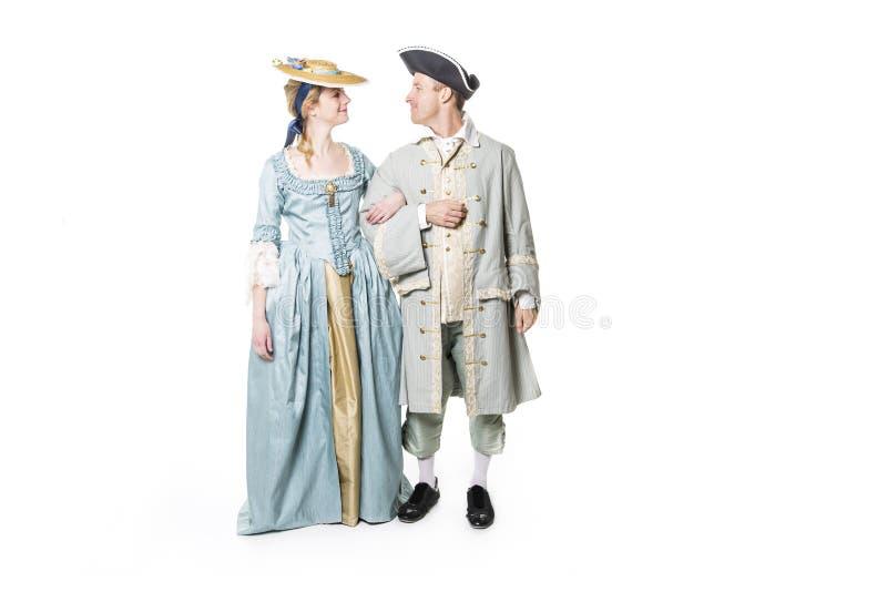 Mooi paar in lange middeleeuwse die kleding op wit wordt geïsoleerd royalty-vrije stock foto