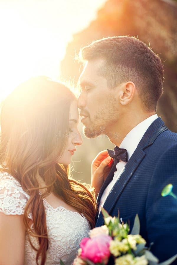 Mooi paar in liefde het kussen in close-up Huwelijkspaar kis royalty-vrije stock afbeeldingen