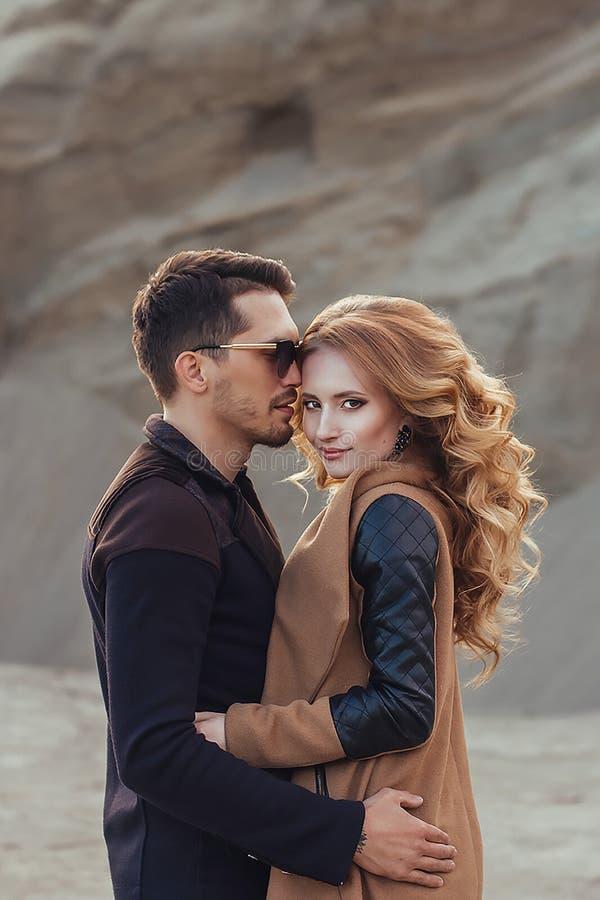 Mooi paar in liefde op de Dag van Valentine ` s Gelukkig jong paar royalty-vrije stock afbeeldingen