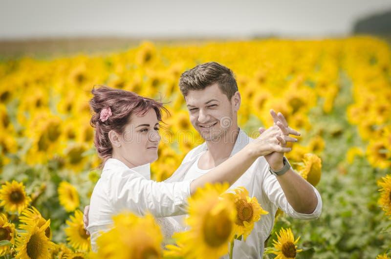 Mooi paar op een zonnebloemgebied royalty-vrije stock afbeeldingen