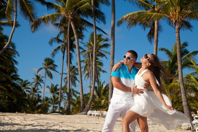 Mooi paar op het strand in huwelijkskleding stock fotografie