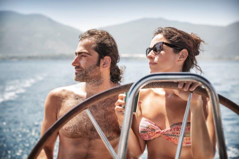 Mooi paar op zeilboot royalty-vrije stock foto