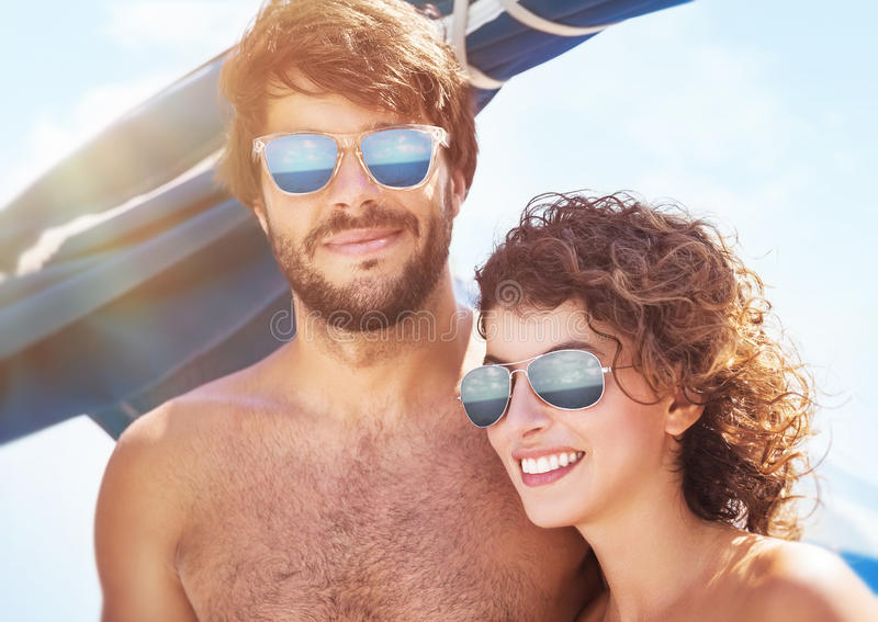 Mooi paar op zeilboot stock foto's