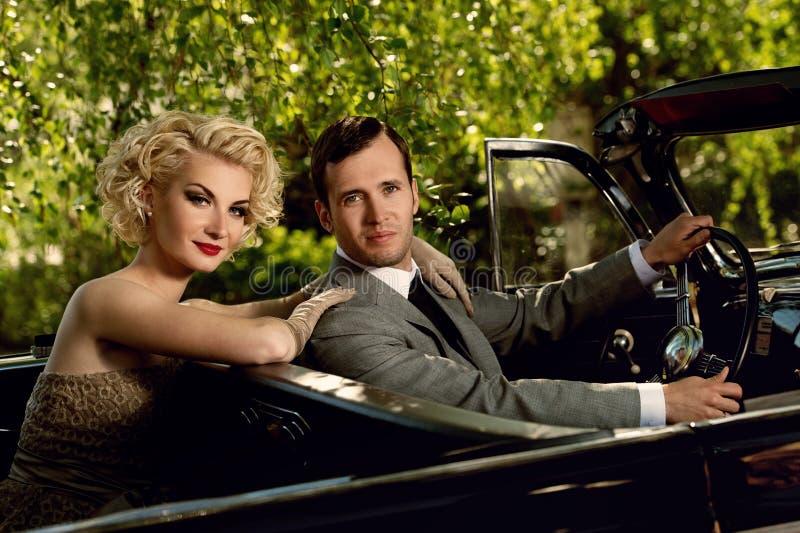 Mooi paar in openlucht in een auto stock foto's