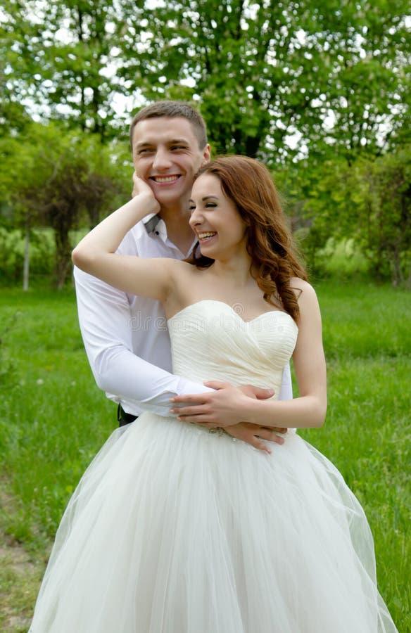 Mooi paar van bruid en bruidegom stock foto's