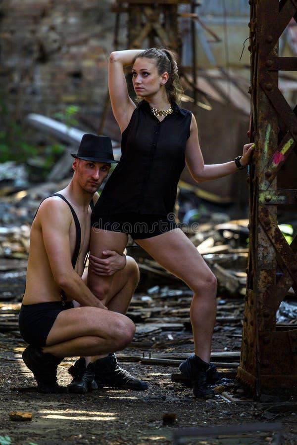Mooi paar van het professionele kunstenaars dansen stock foto