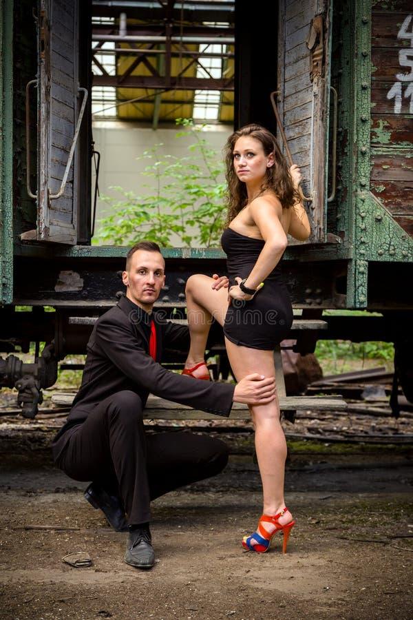 Mooi paar van het professionele kunstenaars dansen stock afbeeldingen