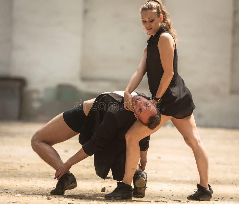 Mooi paar van het professionele kunstenaars dansen stock fotografie