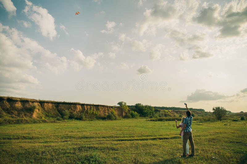 Mooi paarspel met luchtvlieger bij groene weide stock fotografie