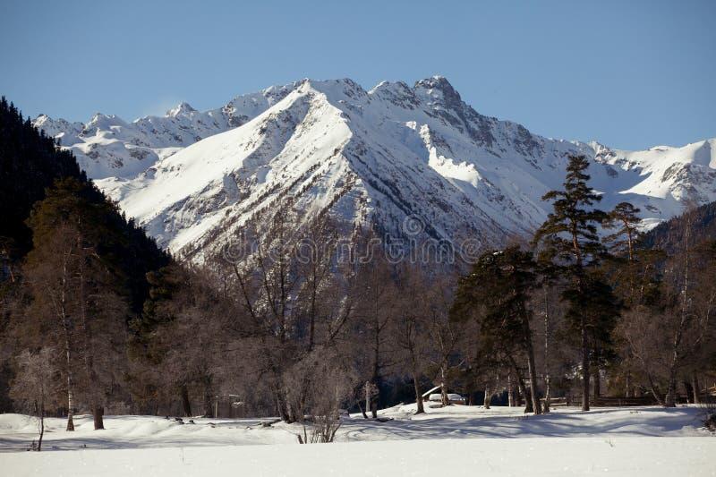 Mooi panorama van de bergketen met snow-capped pieken, op een duidelijke de winterdag stock fotografie