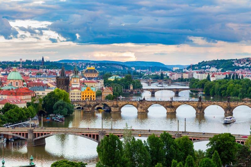Mooi Panorama van de Bruggen van Praag op Rivier Vltava van Letna-Park stock afbeeldingen
