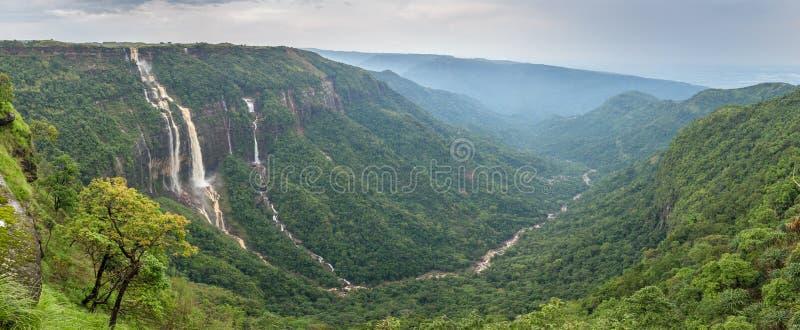 Mooi panorama van de Zeven Zusterswatervallen dichtbij de stad van Cherrapunjee in Meghalaya stock foto's