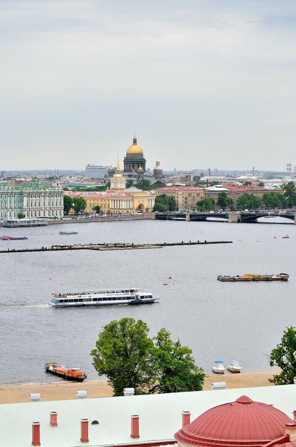 Mooi panorama van het gebied van St. Petersburg en van het water van Neva-rivier - panoramisch gezicht royalty-vrije stock fotografie