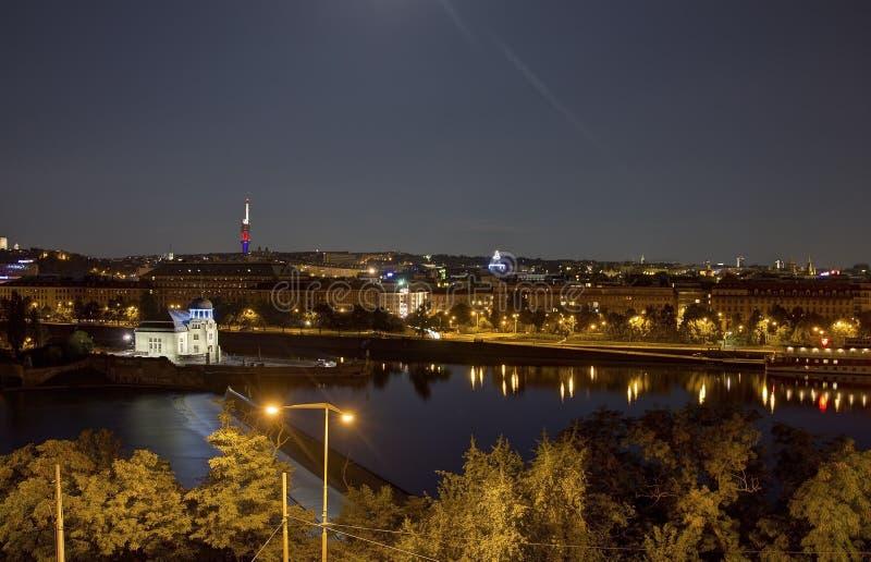 Mooi panorama van Letna-park bij cityscape van Praag bij nacht stock afbeelding