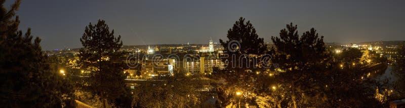 Mooi panorama van Letna-park bij cityscape van Praag bij nacht stock foto's