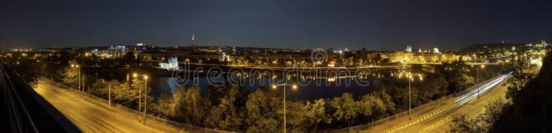 Mooi panorama van Letna-park bij cityscape van Praag bij nacht royalty-vrije stock afbeeldingen