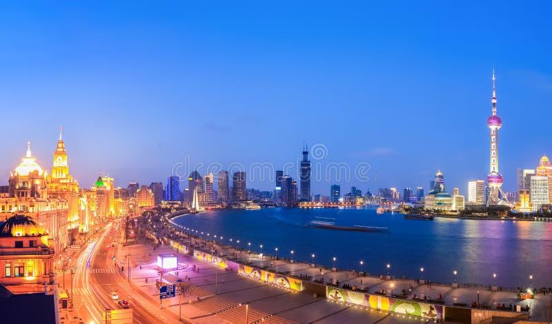 Mooi panorama van Shanghai in het vallen van de avond stock afbeelding