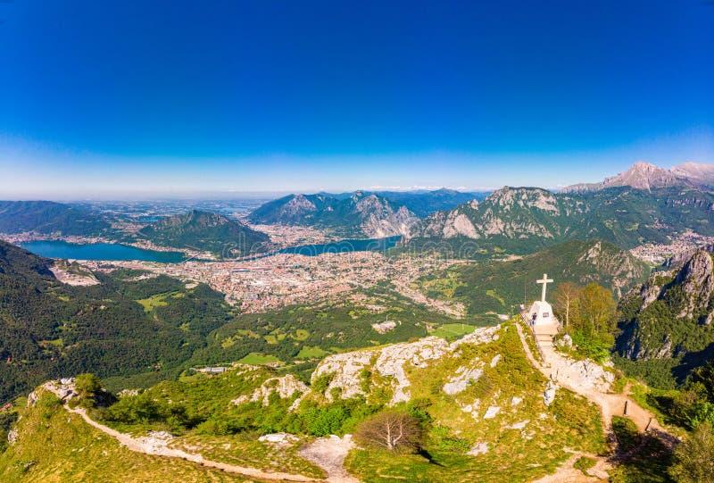 Mooi panoramisch zonsopganglandschap bij stad Lecco, meer Como in zonnige de zomerdag Overweldigende airial mening te kruisen bov stock afbeeldingen