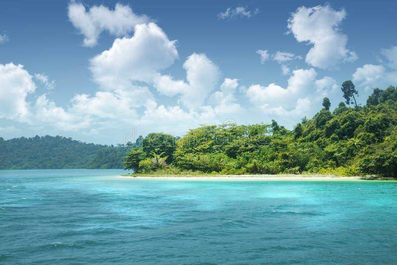Mooi paradijs groen eiland in de oceaan keerkringen Zeegezicht met azuurblauw water en een eiland met vele installaties royalty-vrije stock fotografie