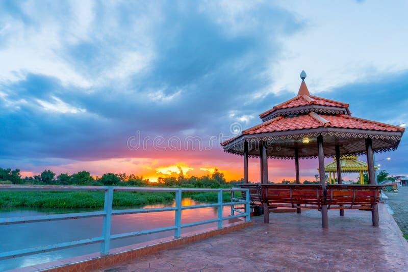 Mooi paviljoen dichtbij de rivier met de mooie zonsondergang op de avond stock foto's