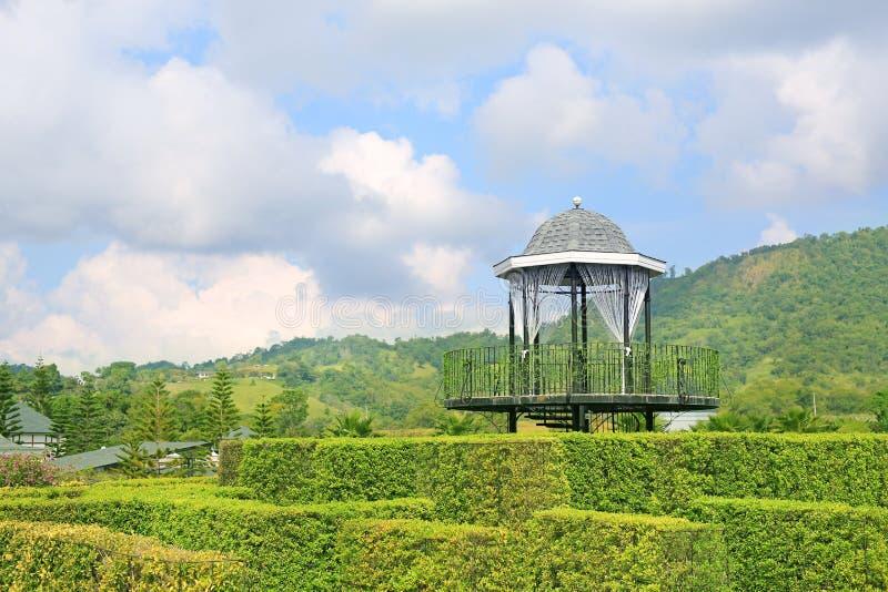 Mooi Paviljoengezichtspunt in groen park bij helling stock foto