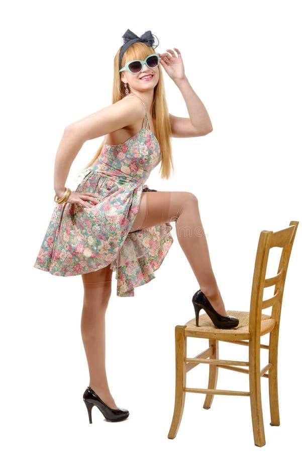 Mooi pinupmeisje met een kleurrijke kleding stock afbeelding